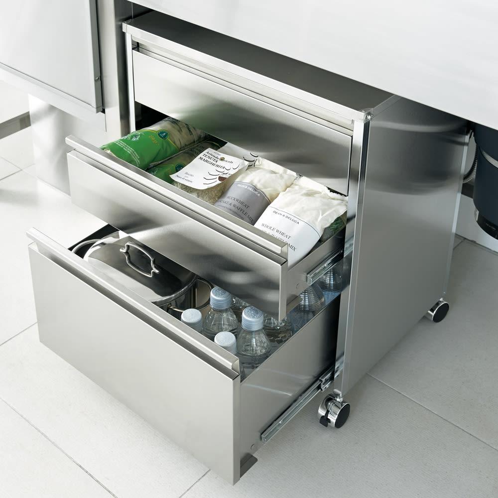 ステンレスシンク下収納 引き出し収納 ワイドタイプ 下段の引き出しは深めで、500mlのペットボトルや鍋が立てて収納できます。