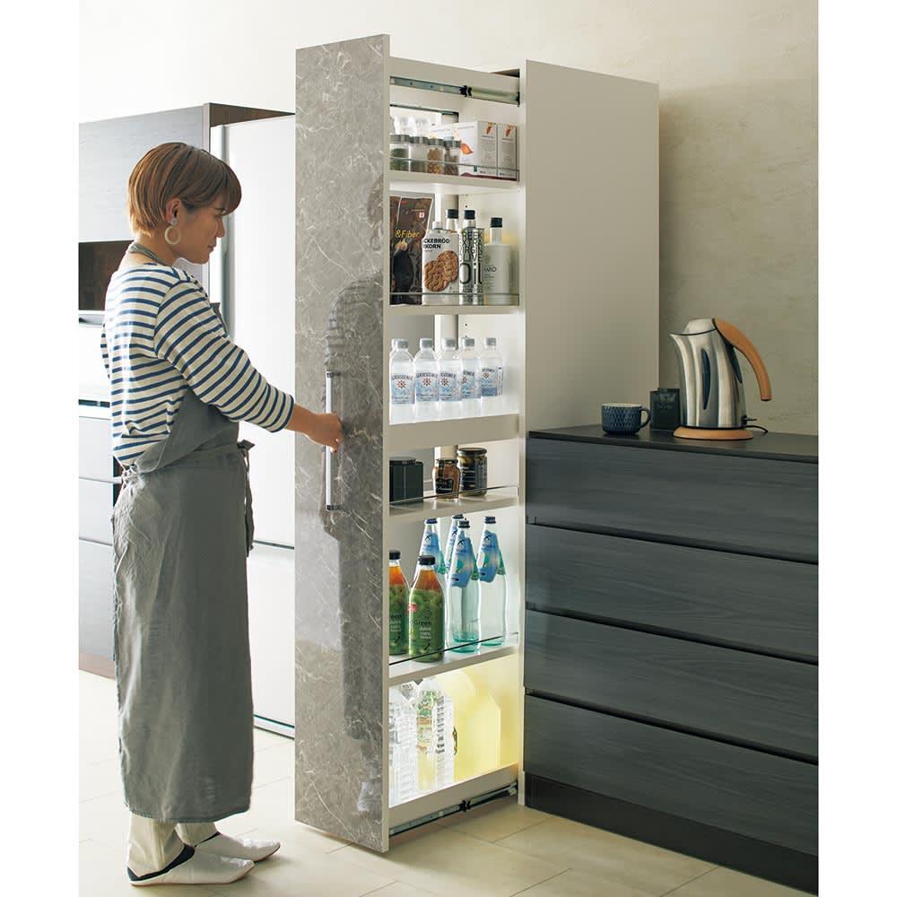 Helmila/ヘルミラ キッチンすき間収納庫(ボックス付き) 幅25cm奥行46.5cm高さ180cm 上下フルスライドレールに隠しキャスター付きで、軽い力で開け閉め・出し入れが可能です。