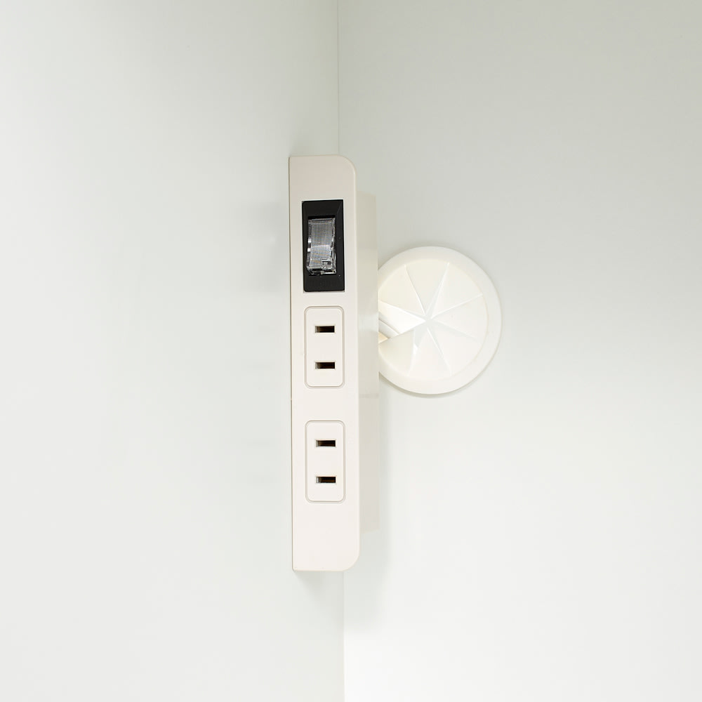 Ymir/ユミル 隠せる家電収納 幅30奥行45cm高さ178cm 2口コンセントが2箇所に付いているので、家電収納の際にコードが綺麗に配線出来て便利です。
