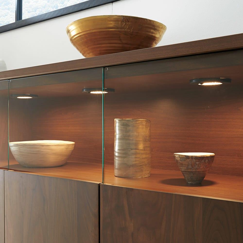 LEDライト付きサイドボード 幅120cm コレクションが引き立つ、LEDダウンライト付き。