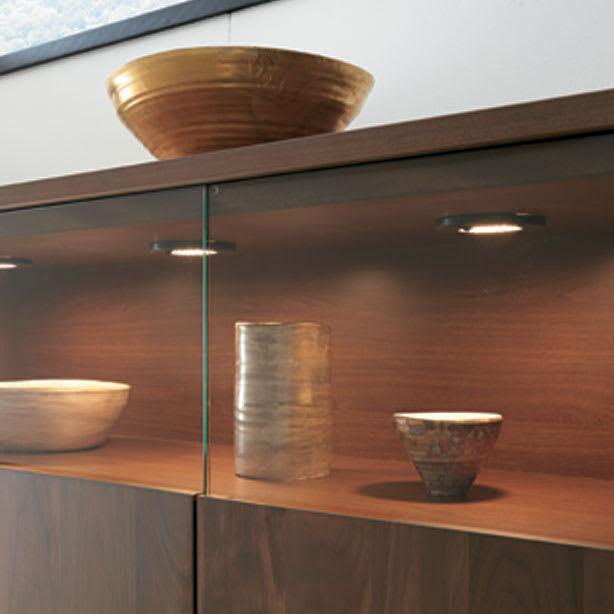 LEDライト付きサイドボード 幅160cm [点灯時]コレクションが引き立つ、LEDダウンライト付き。