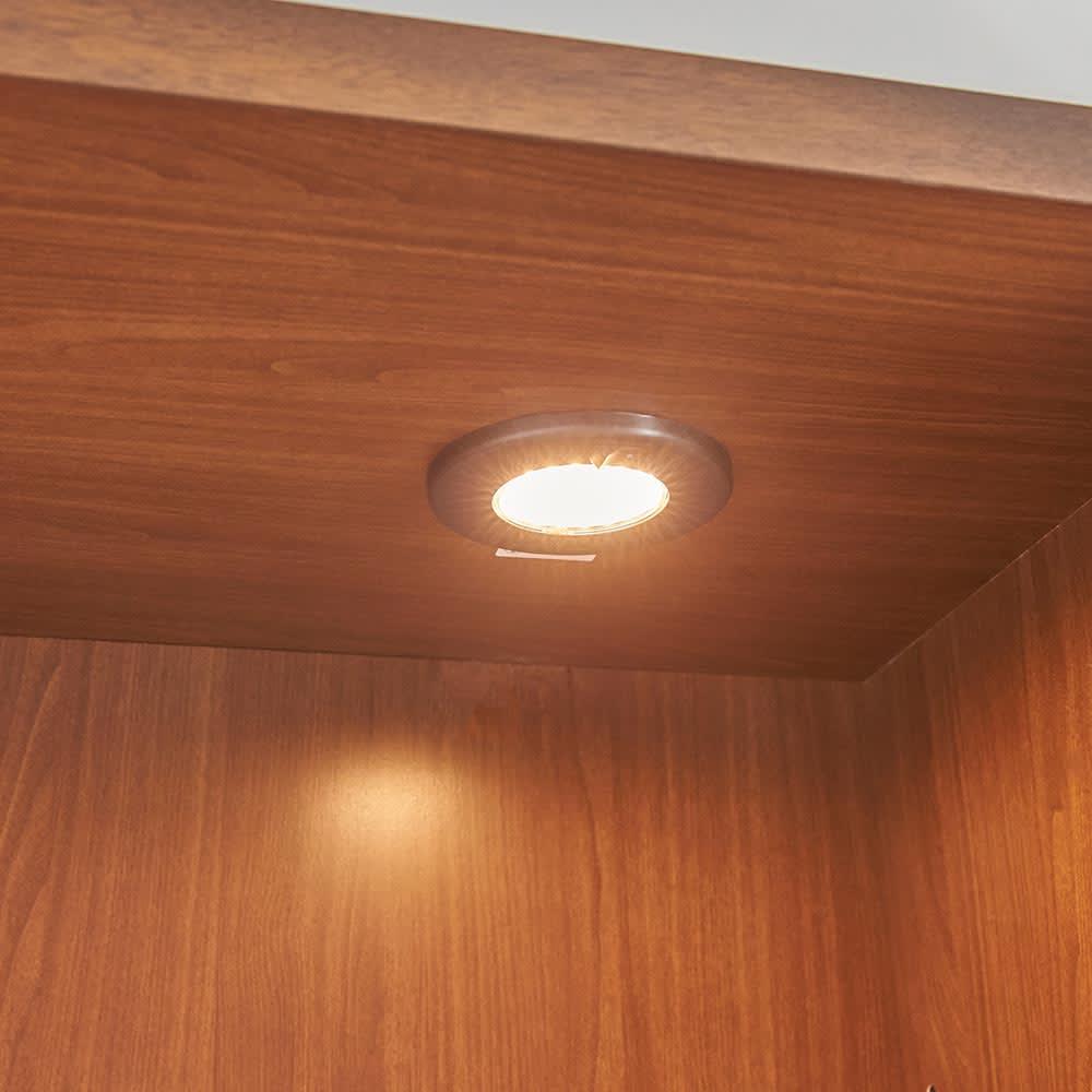 Sorrento/ソレント リビングキャビネット 幅76高さ183cm ガラス扉 LED照明付き コレクションが引き立つ、LEDダウンライト付き。