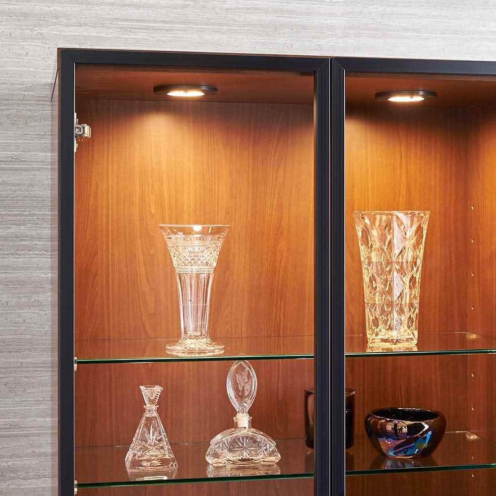 Sorrento/ソレント リビングキャビネット 幅76高さ183cm ガラス扉 LED照明付き ガラス棚板が中段までLEDのライトを通して演出します。