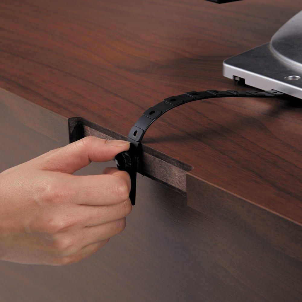 ウォルナット天然木テレビ台 幅150cm 天板後ろにはテレビ付属の固定ベルトを取り付けるネジ付き。