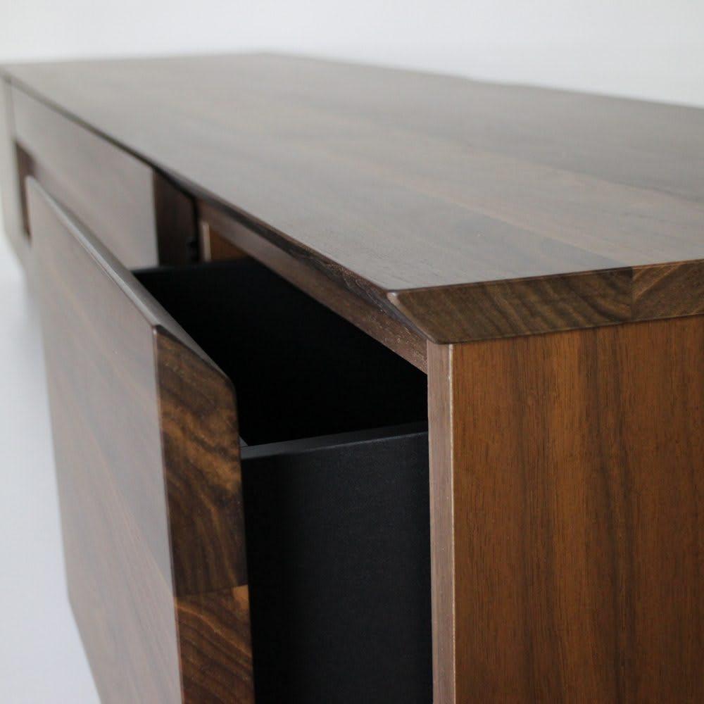 木目の風合いに包まれた隠しガラスグロッセウォルナットテレビ台 幅180cm 天板、前板には高級感あるウォルナット無垢材を使用。 天板と前板はスッキリしたデザインになるようVカット仕上げとなっています。