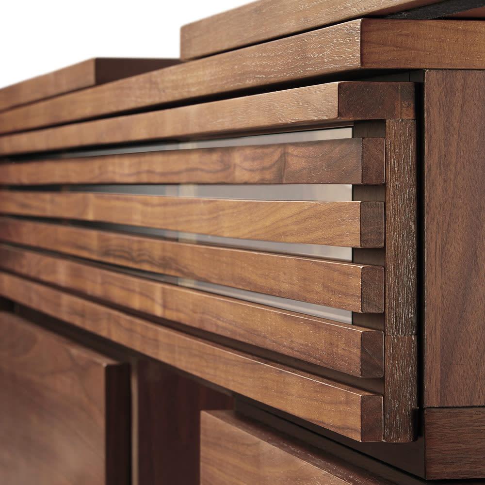 Loire/ロアール 天然木格子伸縮テレビ台 幅149~283cm ウォルナット 高級感ある天然木格子扉は閉めたままでもリモコン操作が行えます。