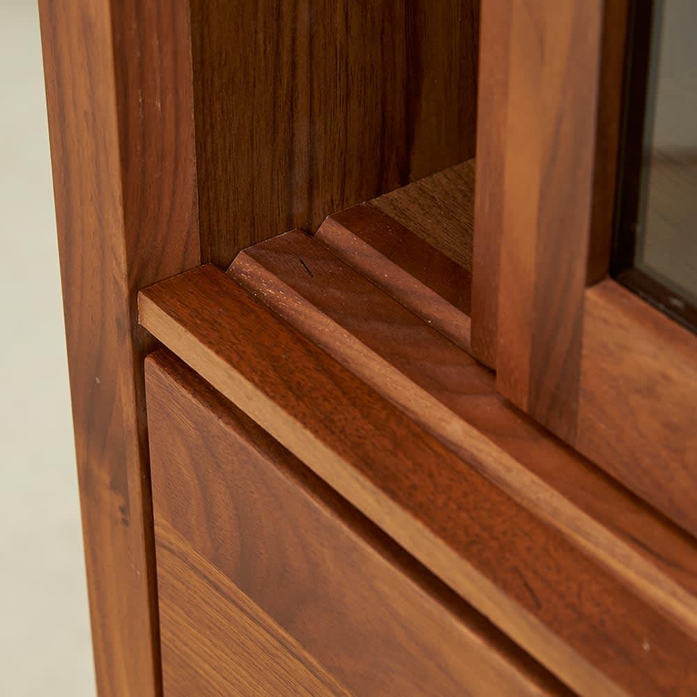 Cano/カノ リビングボード 幅115cmロー ウォルナット 開閉にスペースを取らない引き戸式のガラス扉。