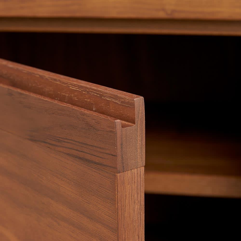Cano/カノ リビングボード 幅115cmミドル ウォルナット 板扉部は上部に手掛けの加工があります。