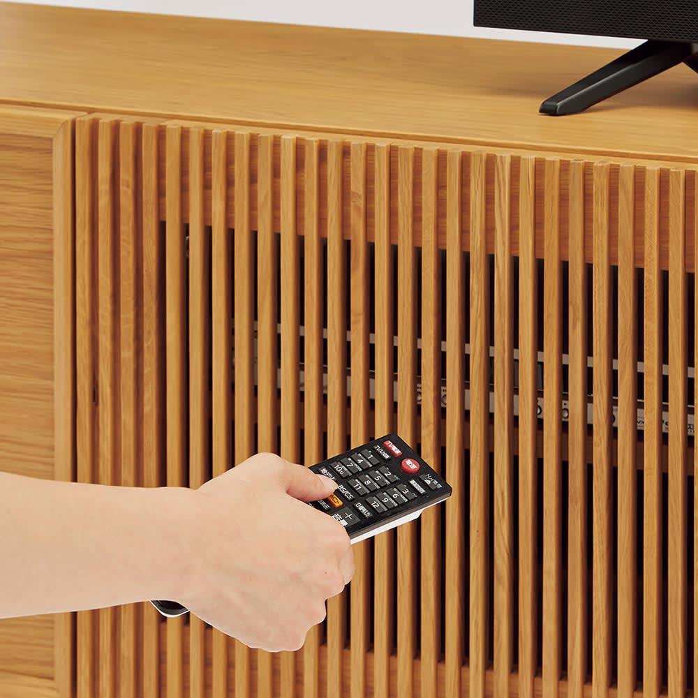 E&W/イーアンドダブリュ 天然木テレビボード テレビボード 幅210.5 縦格子扉は閉めたままリモコンが使えます。