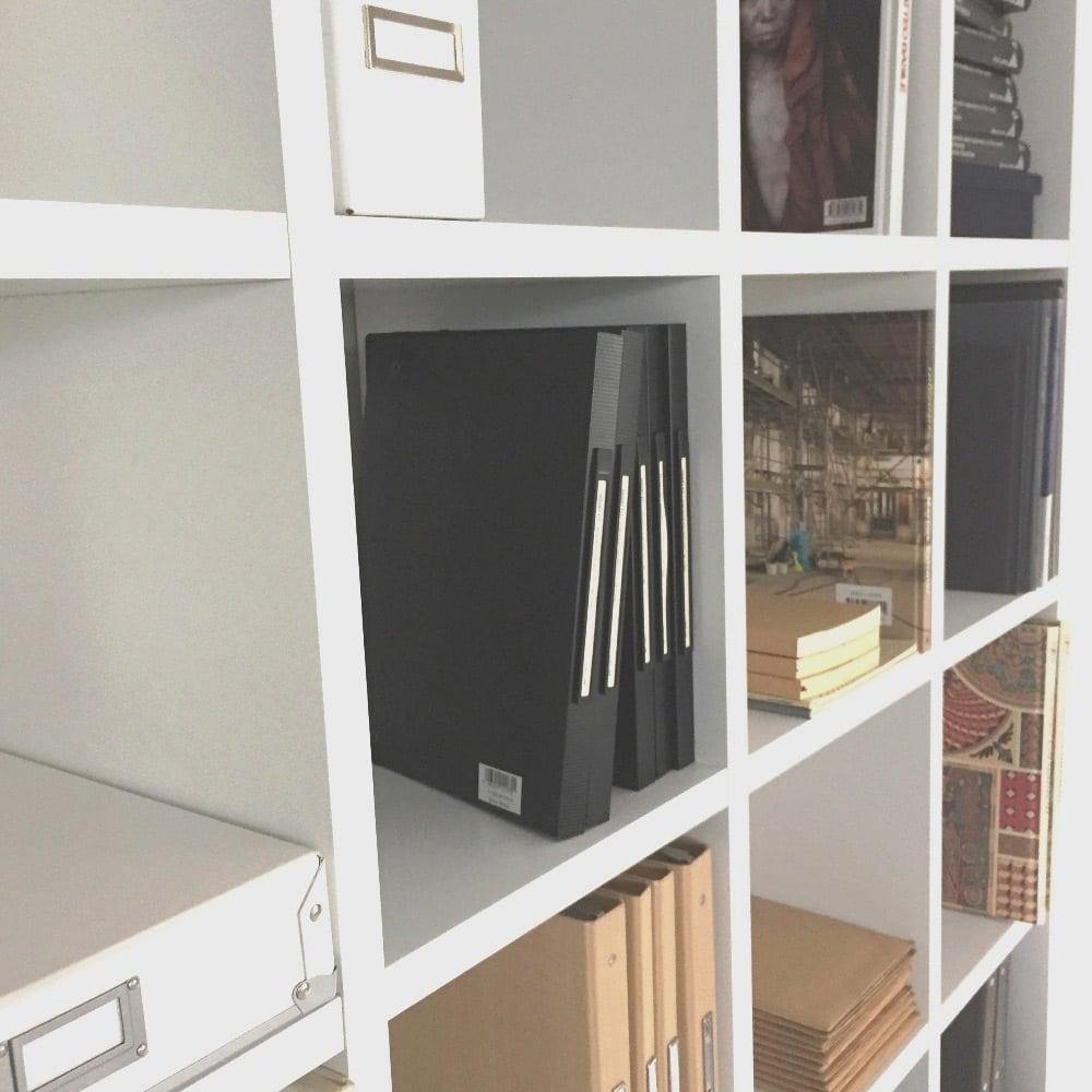 Pombal/ポンバル シェルフ 5連セット 高さ187cm ホワイト 下地のMDFを丁寧に加工し、ラッカー塗装で仕上げています。塗装仕上げなので、プリント紙貼りの家具に見られるような継ぎ目は見えません。