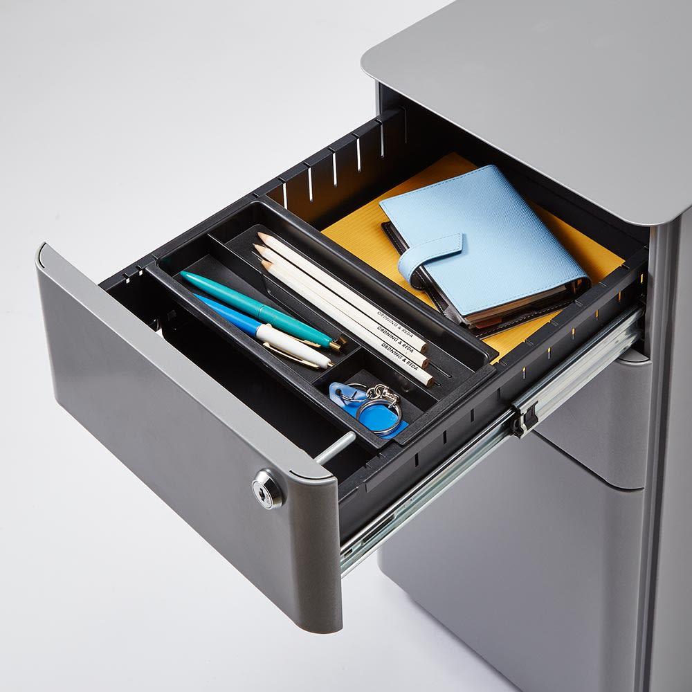 Sippone/シッポーニ スリムチェストワゴン 最上段の引き出しは仕切り付きで文房具を分類収納できます。