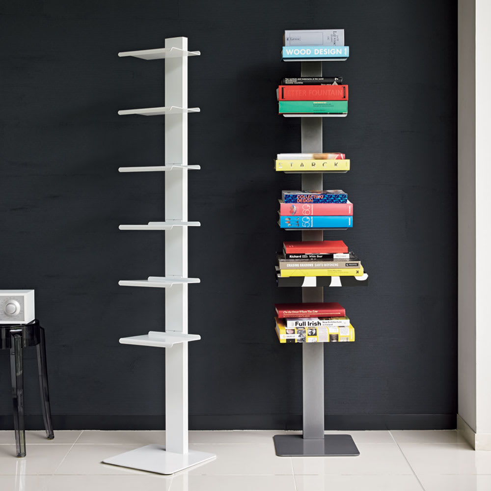 DOTTUS/ドッタス ブックシェルフ 左からホワイト、グレー シンプルを極めた佇まいの、イタリア製のブックシェルフ。本を無造作に置くだけでも様になり、お気に入りの小物を並べて見せる収納にも。棚板の位置は固定されています。