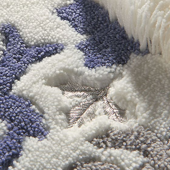 DressLeaf/ドレスリーフ バスマット シルバー色の刺繍入り