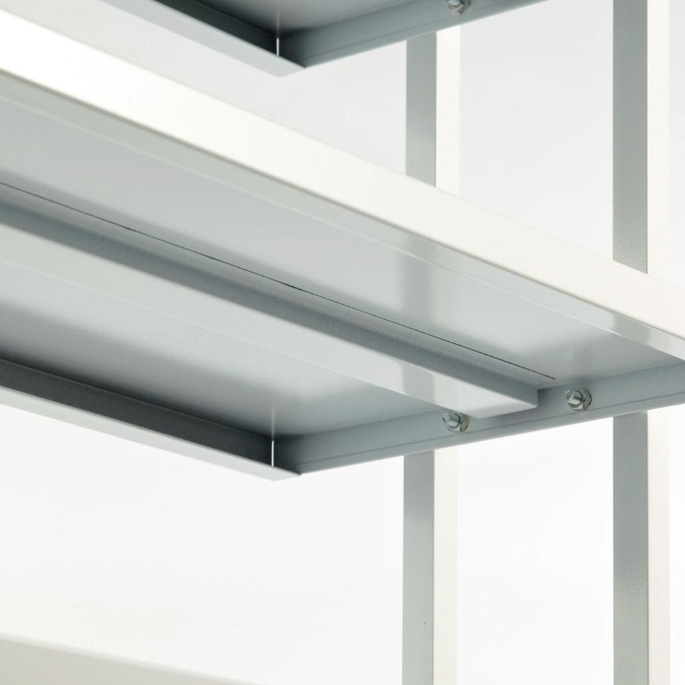 Struty(ストラティ) ラックシリーズ ハンガー2本&棚3段・幅100cm たわみ防止のため、棚板の裏には補強が施されています。