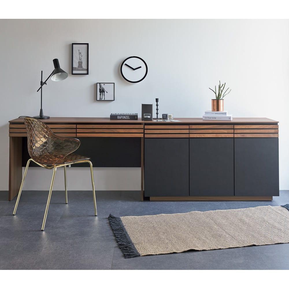 AlusStyle/アルススタイル 薄型ホームオフィス デスク 幅120.5cm 使用イメージ ウォルナットの無垢材と、ブラックレザー調の素材の組み合わせが魅力。