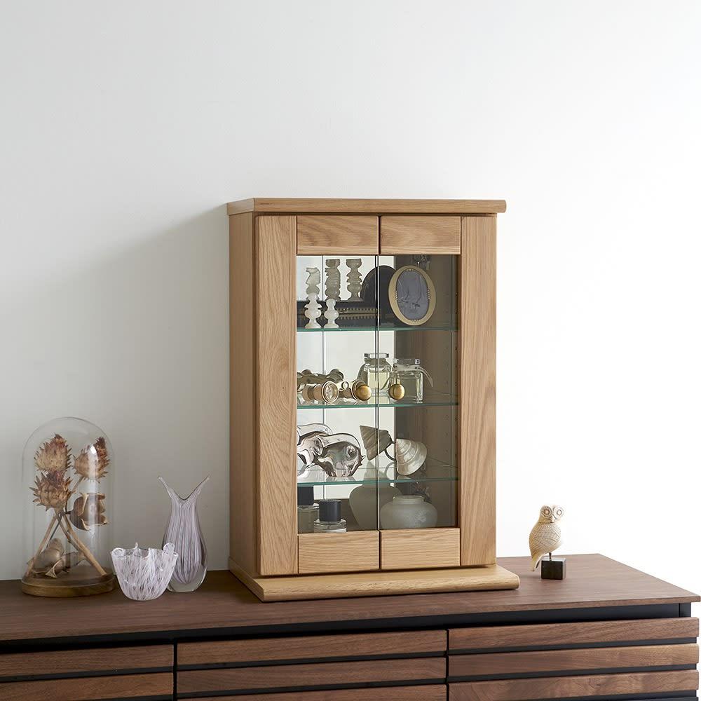 Taide/タイデ 天然木卓上キュリオケース 幅40cm高さ60cm 玄関や出窓などに気軽に置ける卓上サイズ。上質な無垢材のフレームと、背面のミラーがディスプレイを引き立てます。