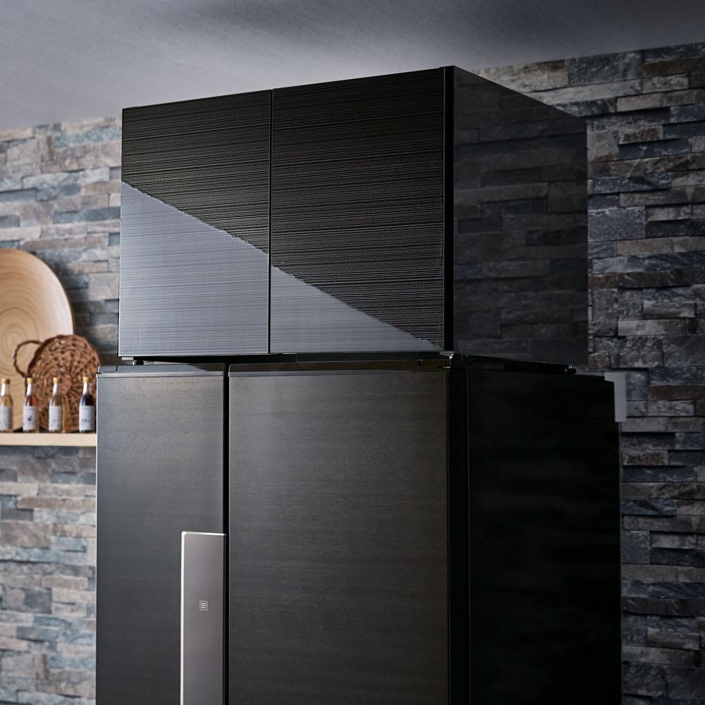 Fareed/ファリド 冷蔵庫上ストッカー 幅65cm ブラックヘアライン 冷蔵庫の放熱を考えた底面5cmの空間は、扉を閉めればすっきり隠せます。