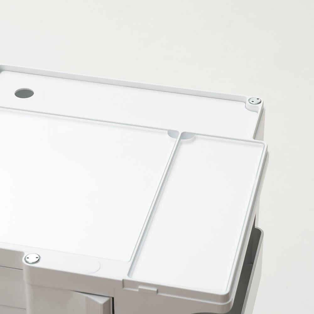 Boby Wagon/ボビーワゴン 専用アクリル天板セット[B-LINE・ビーライン/デザイン:ジョエ・コロンボ]) 設置イメージ。透明で厚みのあるアクリルで本体の質感・色合いを損ねることなく楽しむことができます。