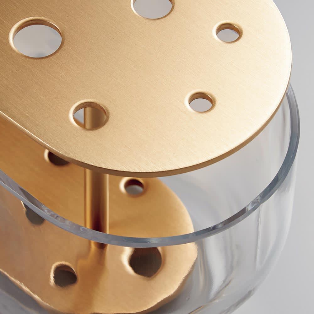 IKEBANA/イケバナベース ロング[Fritz Hansen・フリッツ・ハンセン/デザイン:ハイメ・アジョン] ハンドメイドの厚みのあるガラスと、シックに輝くゴールドの真鍮の素材感も魅力。