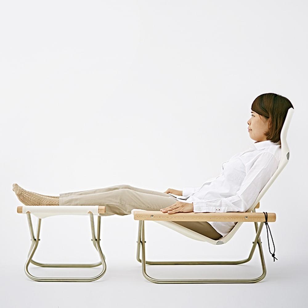 Nychair X Shikiri ニーチェア エックス シキリ [Takeshi Nii/デザイン:新居猛] 腰が深く落ちることで、背もたれに自然にゆったり体を預けられる、包み込まれるように快適な座り心地。(写真は同型の生地・肘木の素材が違うニーチェアXです。)