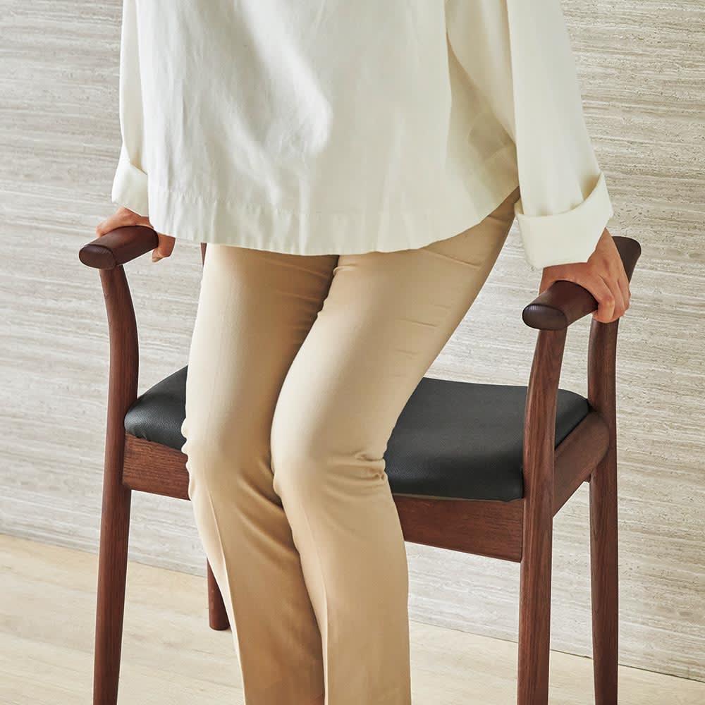 玄関スツール Pochair/ポーチェア[HIDA・飛騨産業] アーム付きで立ち座りスムーズ。合成皮革のシートで、雨にぬれたコートのまま座っても安心。
