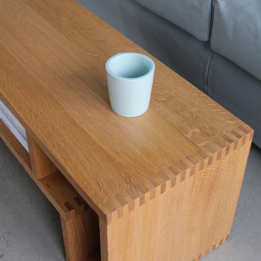 SHOJI/ショージ オケージョナルテーブル 幅116cm高さ72cm リビングテーブル/サイドテーブル[abode・アボード/デザイン:ウー・バホリヨディン] オーク材の特徴は、柾目を横切る縞模様。幹が土のミネラルを吸い上げた跡です。虎の柄に似ていることから「虎斑(とらふ)」と呼ばれ、オーク・ナラ天然木の証しです。