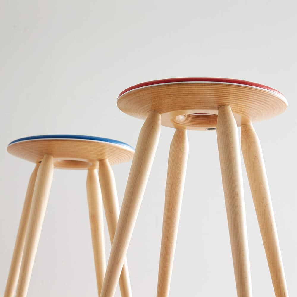 リングスツール(天童木工)[Tokukichi Kato/デザイン:加藤徳吉] 裏面も美しい、職人のこだわりが光るスツール。バームクーヘンのように層になった板材が滑らかにカットされているのが分かります。