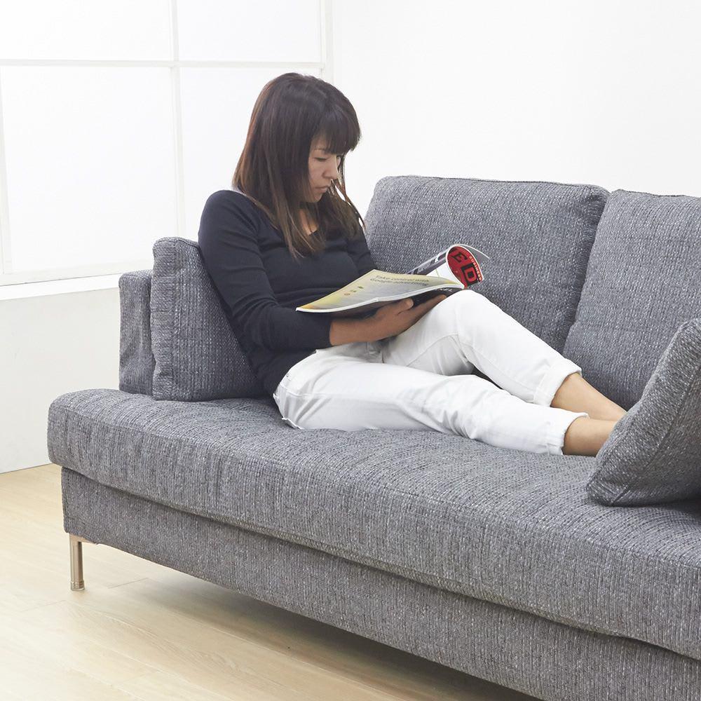 Slimleg(スリムレッグ) カバーリングソファ ラブソファ(2人掛け) 小クッションは座面奥行を調整したり、時には枕としても使えるのでとっても便利です。