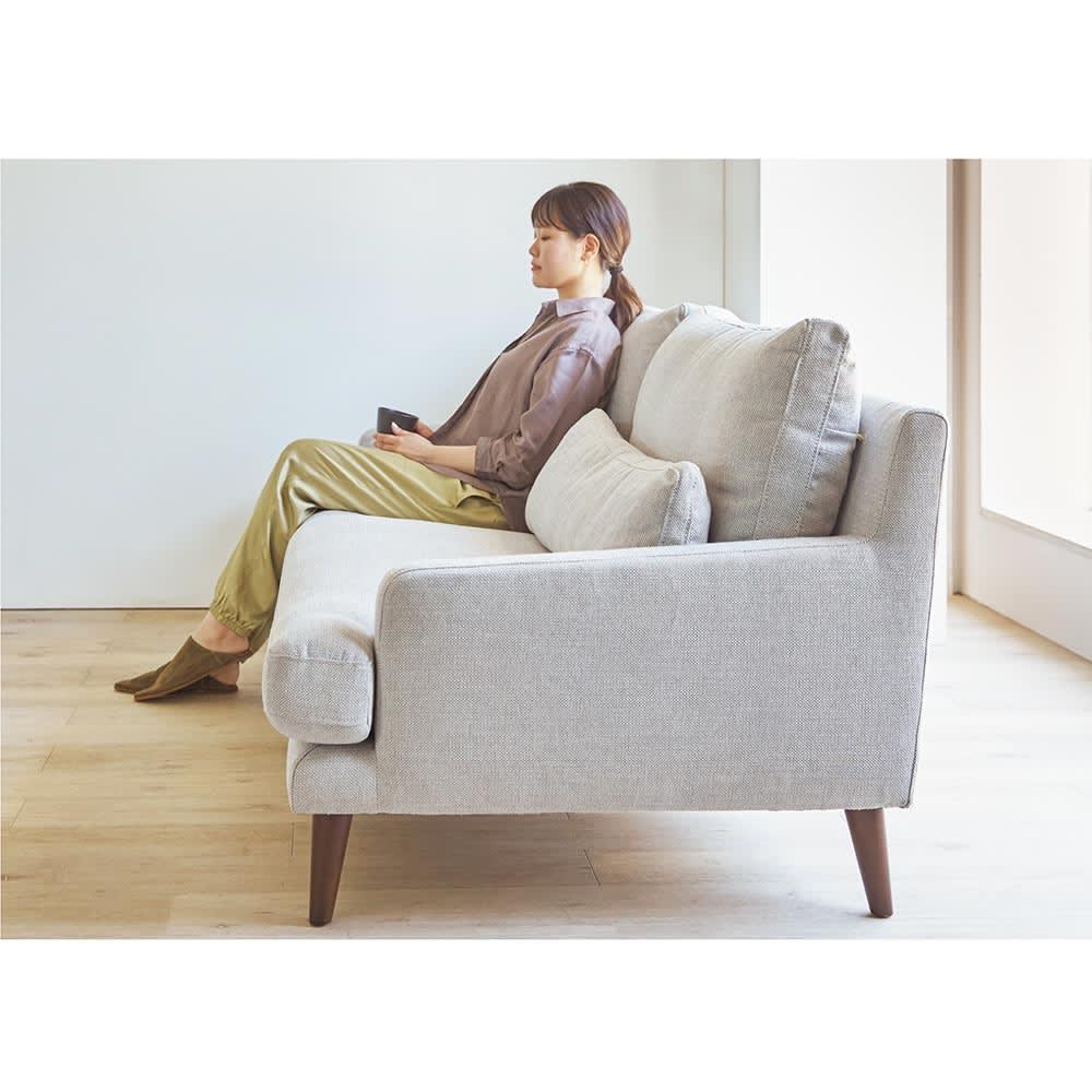 Gufalda/グゥファルダ ユーロデザインソファ 2人掛け 幅147cm 奥行95cm 高さ84cm 深く腰掛けられ、ゆったりくつろぐことができます。 ※写真は3人掛けです。
