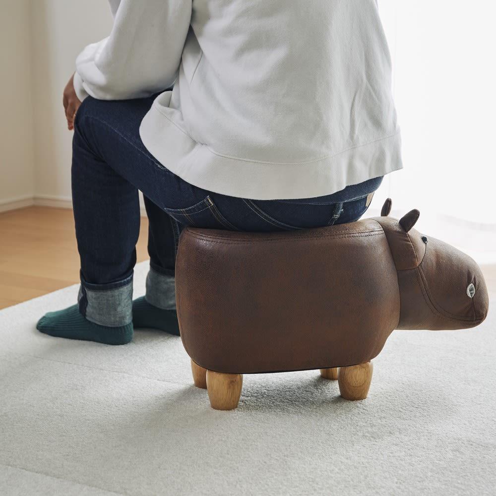 子カバのスツール 座面は弾力があり快適な座り心地です。