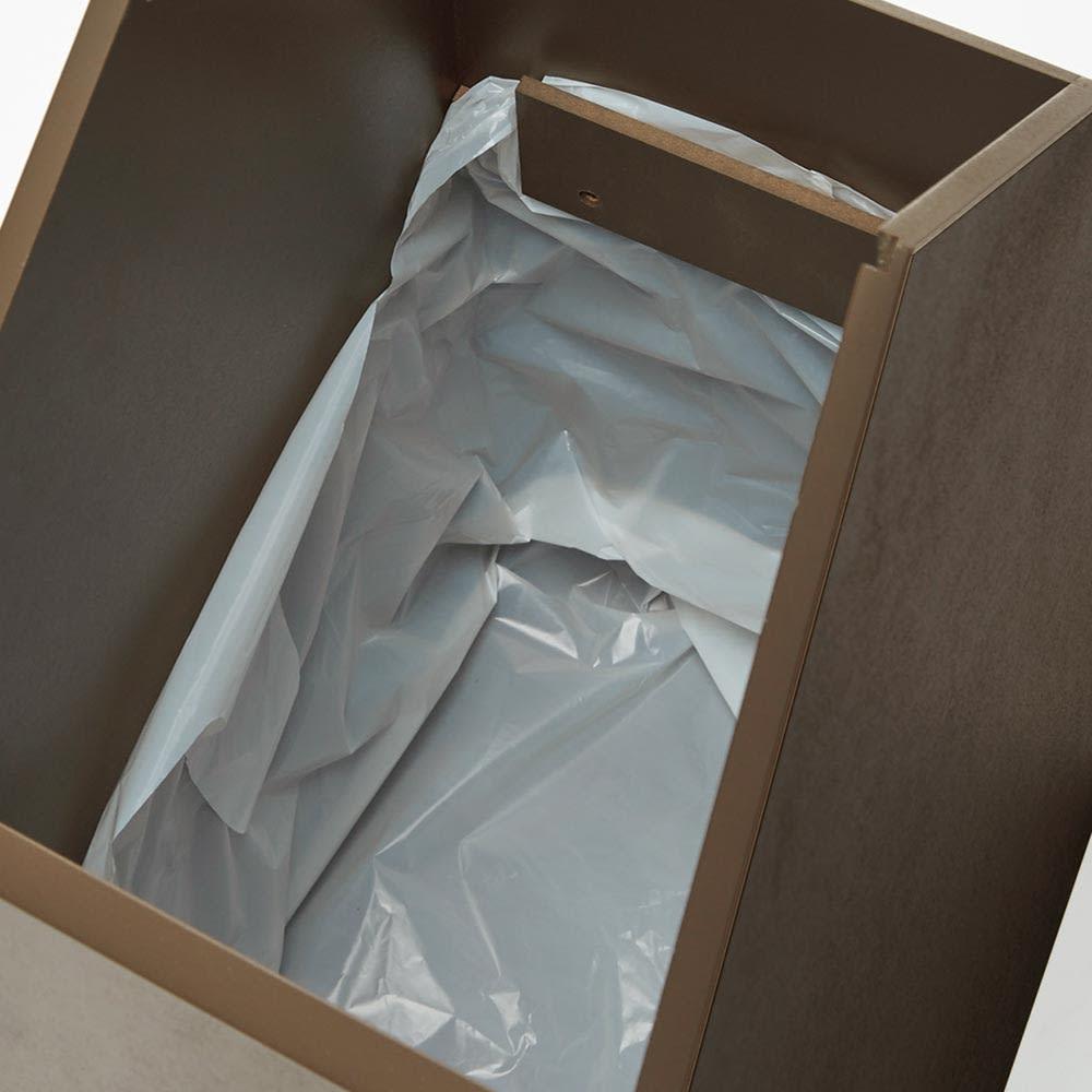 お家のダストボックス 内側にはごみ袋を引っ掛けるフック付きで、外からは袋が見えません。
