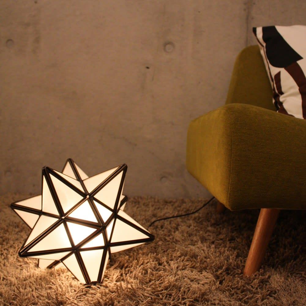 Etoile/エトワール 白熱球テーブルランプ フロスト(半透明ガラス)は影の映りは少なく、ほんのりと明かりが広がる優しい印象です。