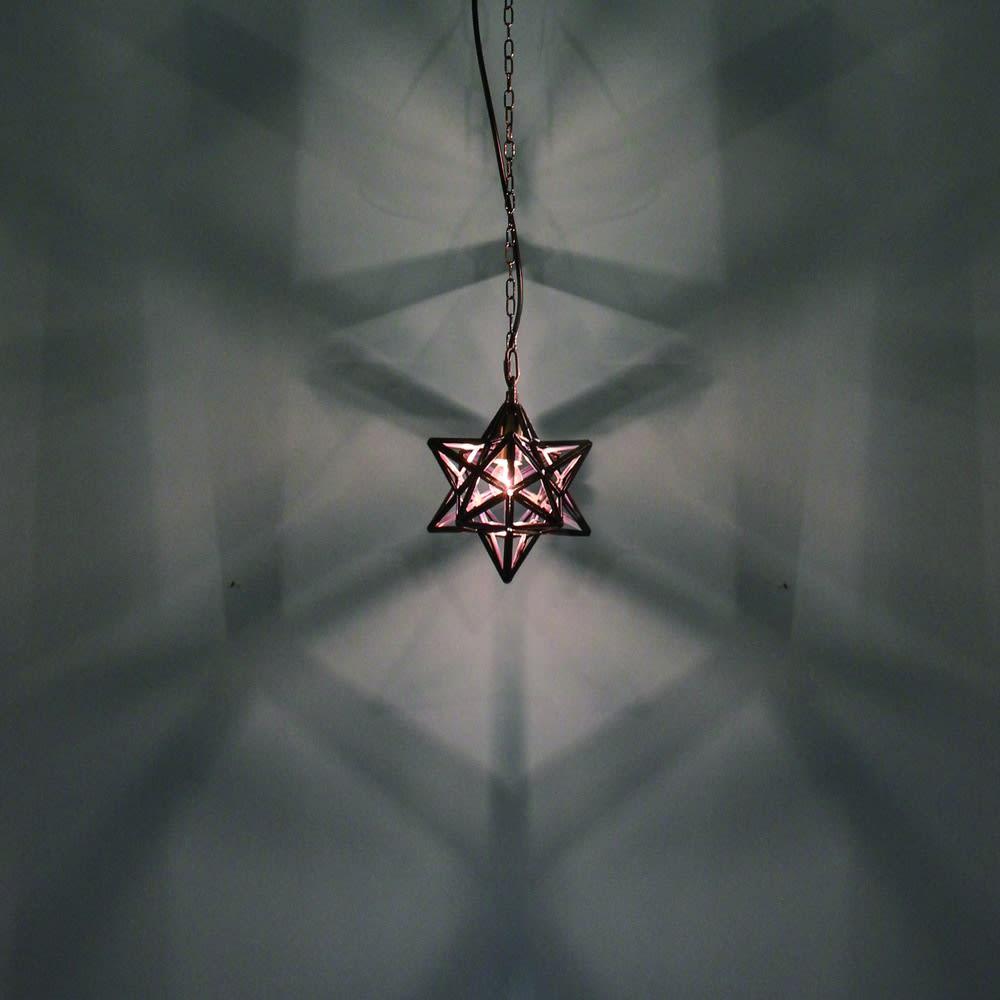 Etoile/エトワール 白熱球ペンダントランプスモール フレームの影が壁に美しく投影されます。