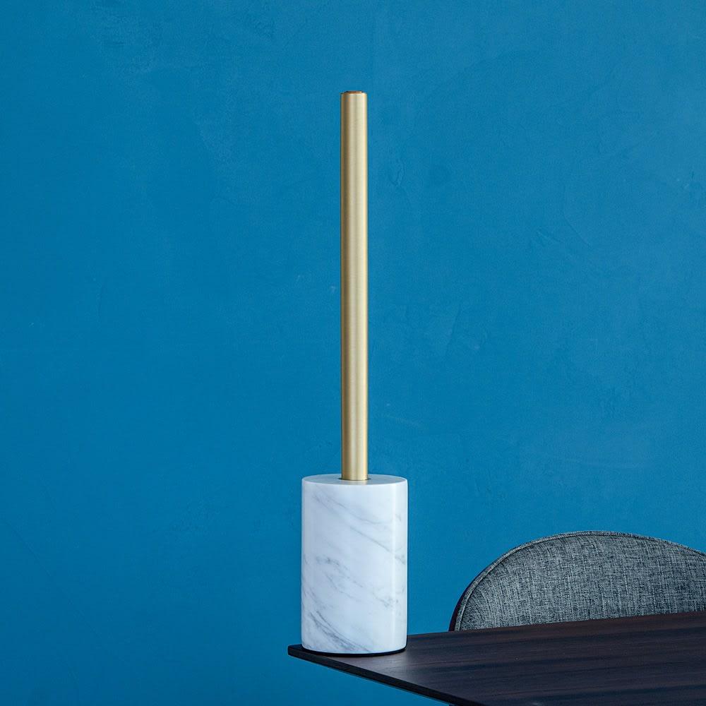 ショートマンクス LEDバーライト ブラス(真鍮) 専用の大理石スタンド(別売り)と組み合わせると、スタンドライトとしてもお使いいただけます。