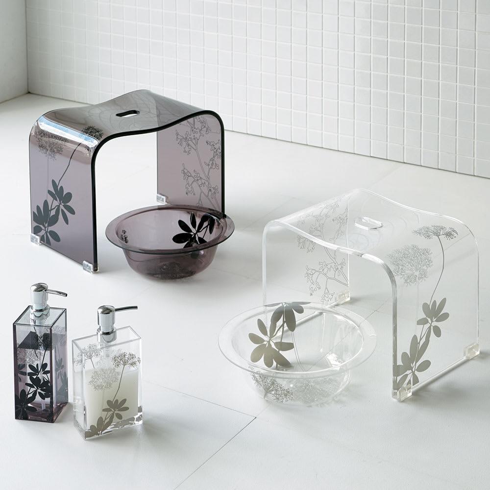 Sarina/サリナ アクリル製バスチェアLL 左からブラウン(L)、クリア(M) 清潔感のあるアクリルに植物モチーフをあしらったエレガントなデザインで、バスルームを大人の雰囲気にコーディネート。 ※お届けはバスチェアLLのみです。