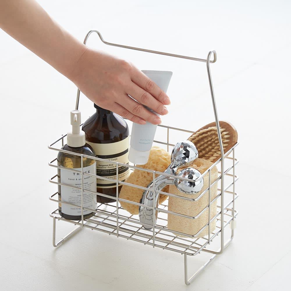 ステンレス製シャンプーバスケット  ワイド (アメニティワイドバスケット) 自立するので、洗うときはそばに置いて便利に使用できます。