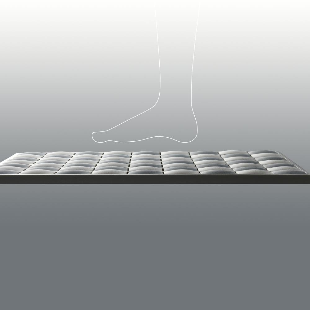 karari/カラリ タイル 珪藻土バスマット タイルは足裏にフィットしやすい形状で、素早く吸水します。