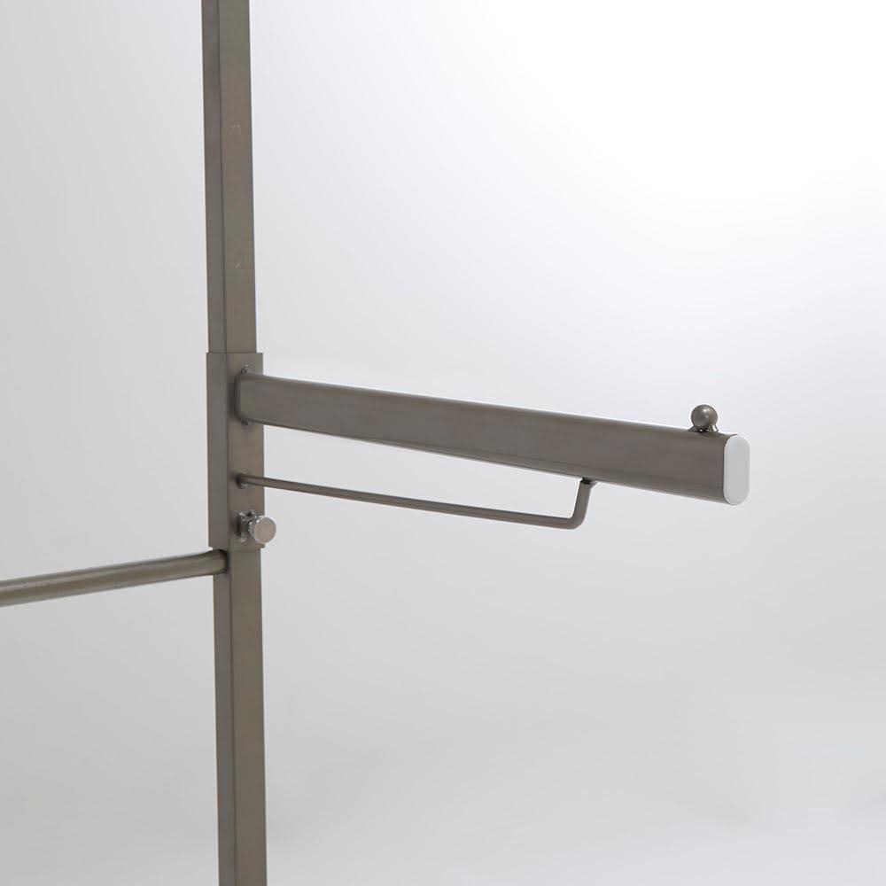 Lueurll/リュエール ニュアンスシルバーランドリー 棚2段・バスケット2段 バスマット用ハンガーは左右どちらにも、お好みの位置に取り付けできます。