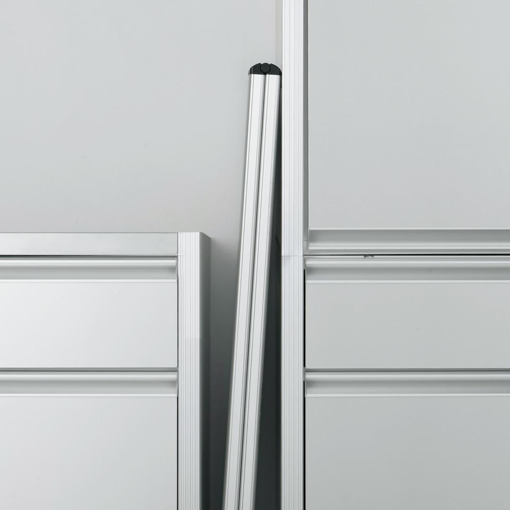 薄型アルミステップ 3段 シルバー アルミ脚立 折りたたむと4.8cmの薄さになり、ちょっとしたすき間に立てて収納できます。