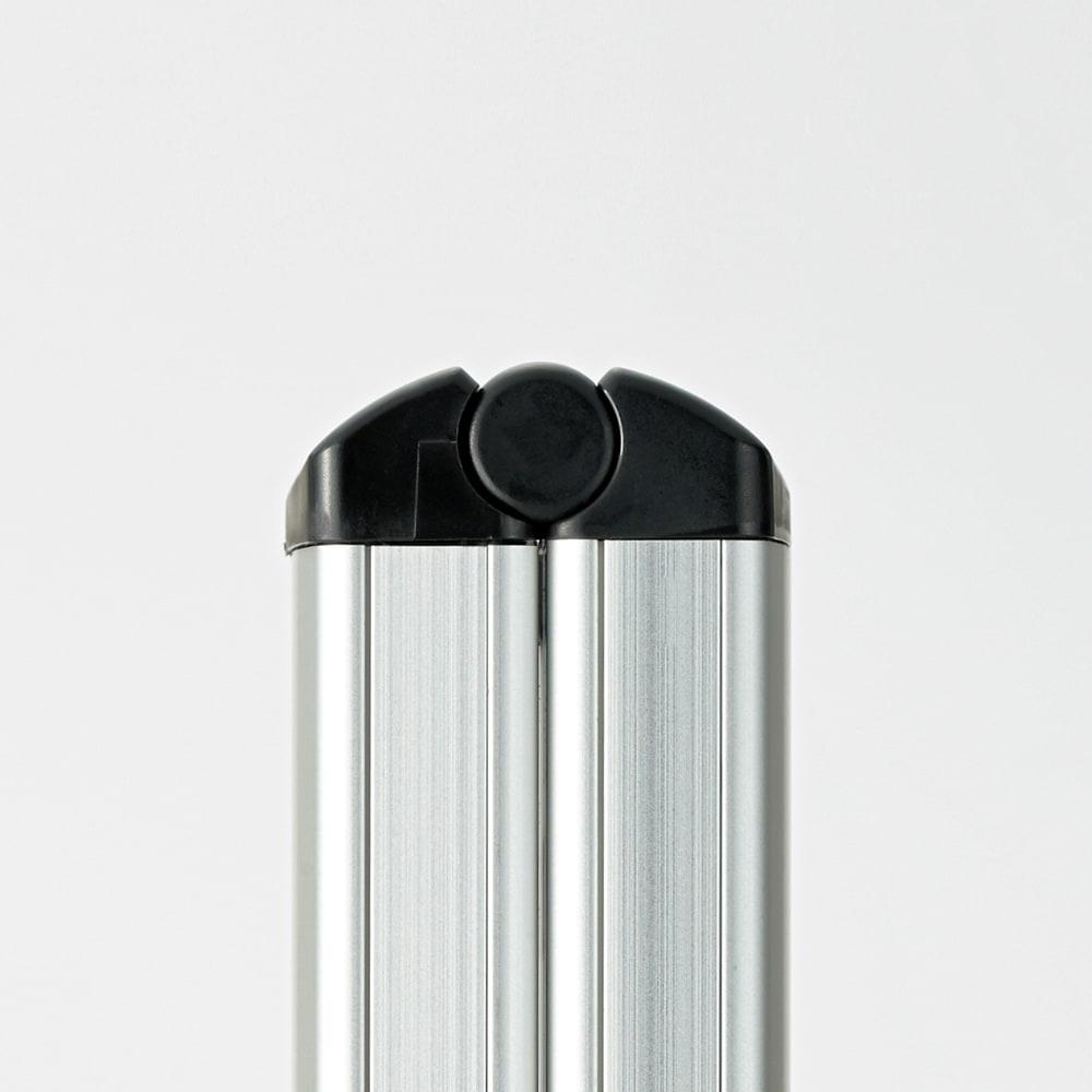 薄型アルミステップ 2段 ブラック アルミ脚立 折りたたむと4.8cmの薄さになり、ちょっとしたすき間に立てて収納できます。 ※お届けはブラックタイプです。