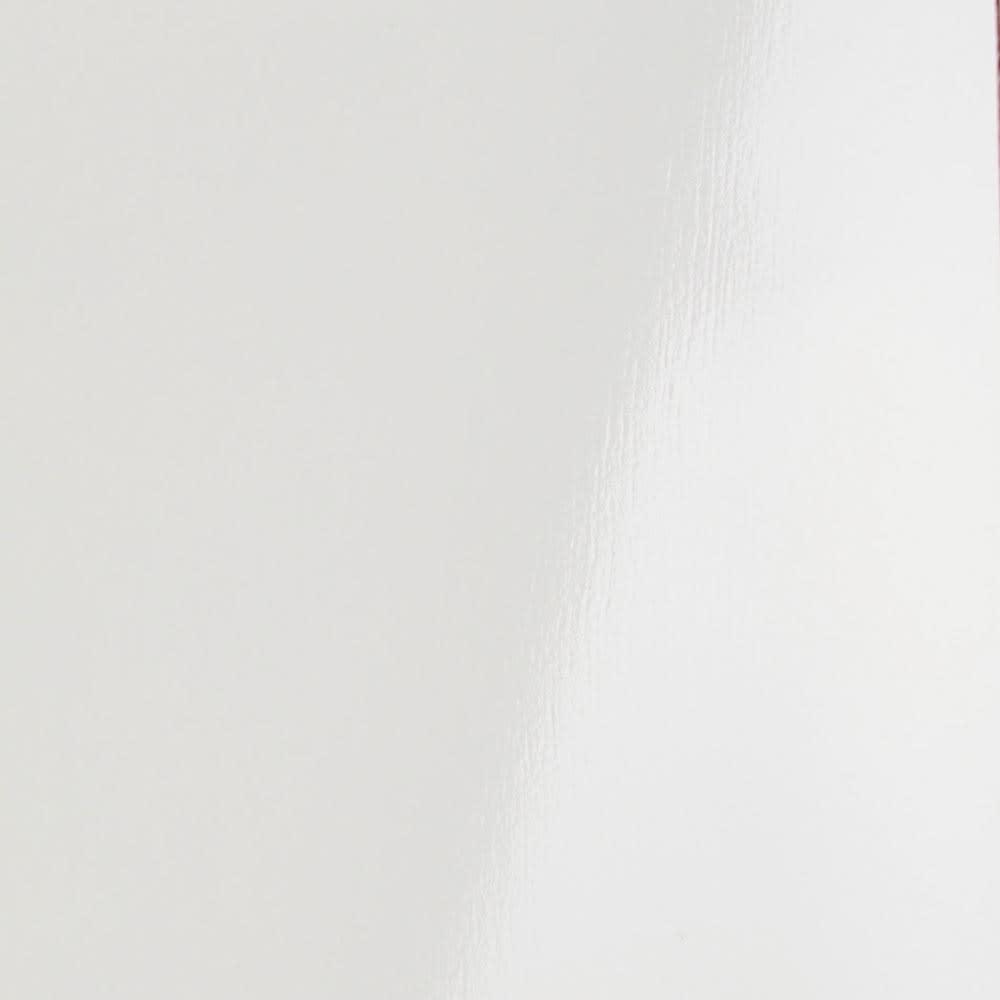 Peili/ペイリ コンパクト収納庫・リビング収納庫 幅79.5cm高さ83cm ホワイトは無地の白に艶のある表面材で、清潔感とクールさを兼ね備えたモダンな表情が魅力。