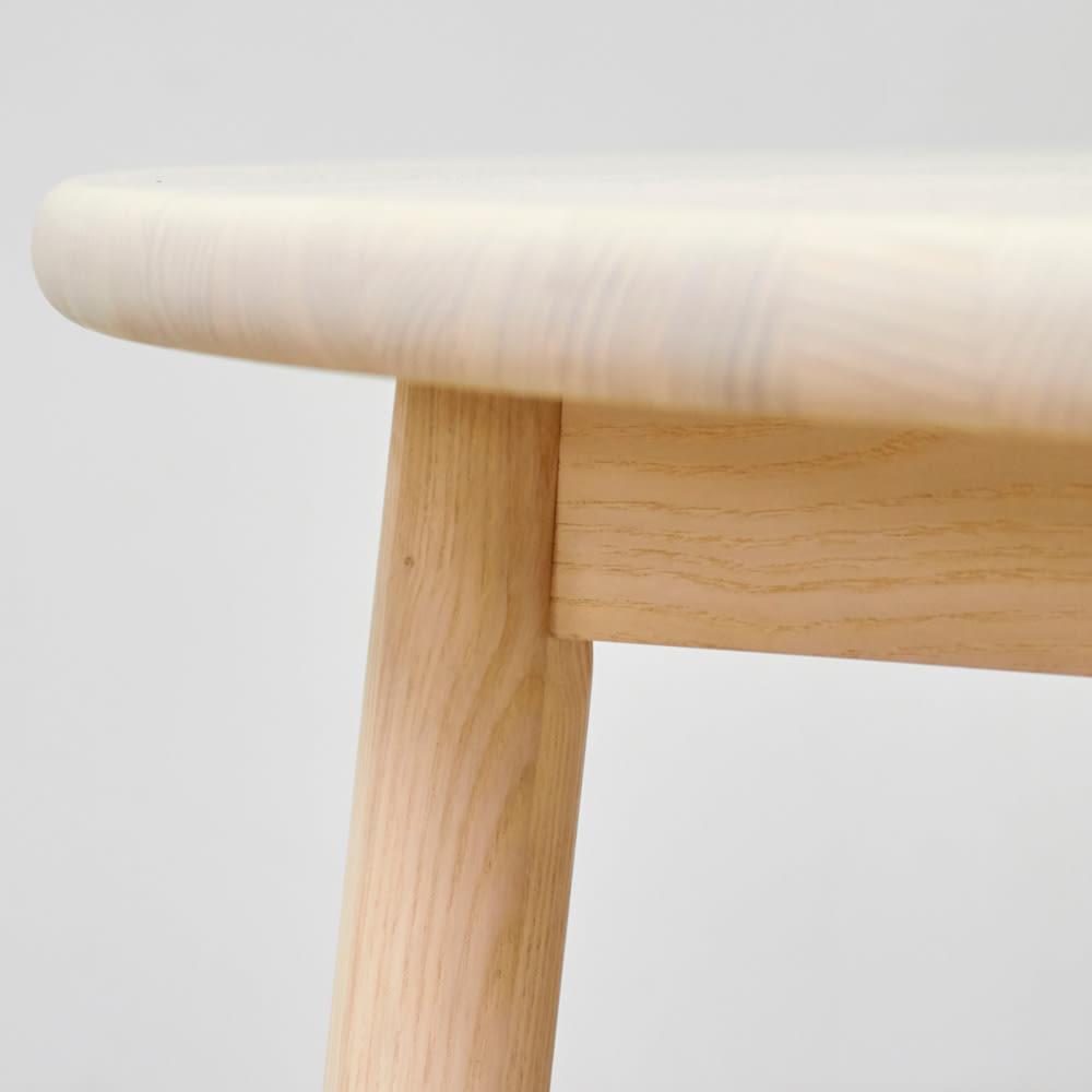 Ridge/リッジ ダイニングセット 天然木丸テーブル5点セット テーブル直径110cm 天板のフチも丸く仕上げ、手触りも滑らかで優しい風合いに。たっぷり厚みのある28mmの板を使用することで、無垢材ならではの丸いカーブが引き立つ仕上がりに。