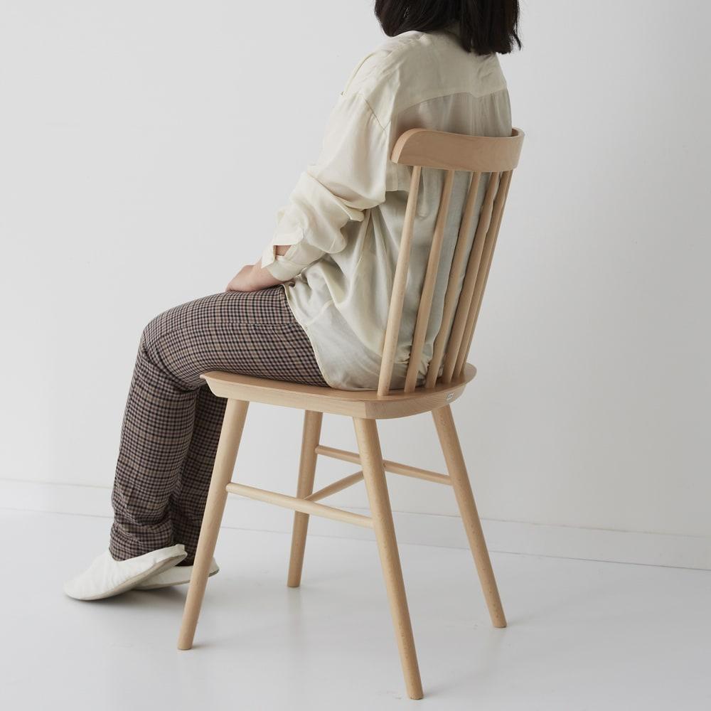 ウィンザーチェア(ベーシックカラー)曲げ木ダイニングチェア[チェコ・TON社] モデル身長151cm:小柄な方でも扱いやすい椅子です