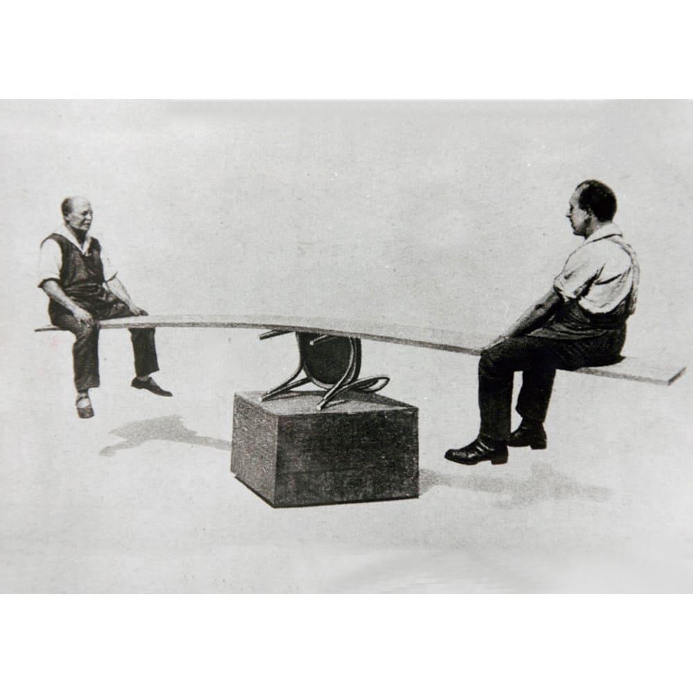 ウィンザーチェア(ベーシックカラー)曲げ木ダイニングチェア[チェコ・TON社] 1900年代の広告に掲載された、曲げ木チェアの丈夫さを証明する写真。