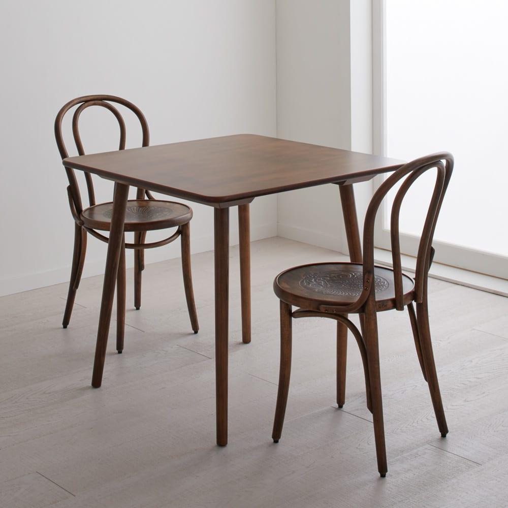 アンティーク風No.18 曲げ木 チェア[チェコTON社製] 正方形のテーパー脚テーブルとの組み合わせ例