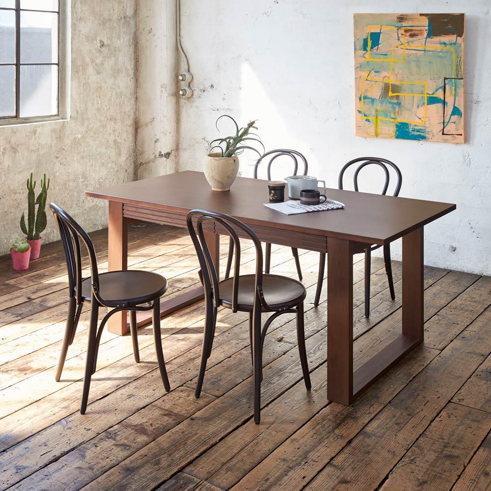 アンティーク風No.18 曲げ木 チェア[チェコTON社製] アンティーク風塗装仕上げと座面の彫刻 長年使い込んだような味わい深い風合いのアンティーク風塗装は、世界中からTON社に最も多く注文があるフィニッシュ。