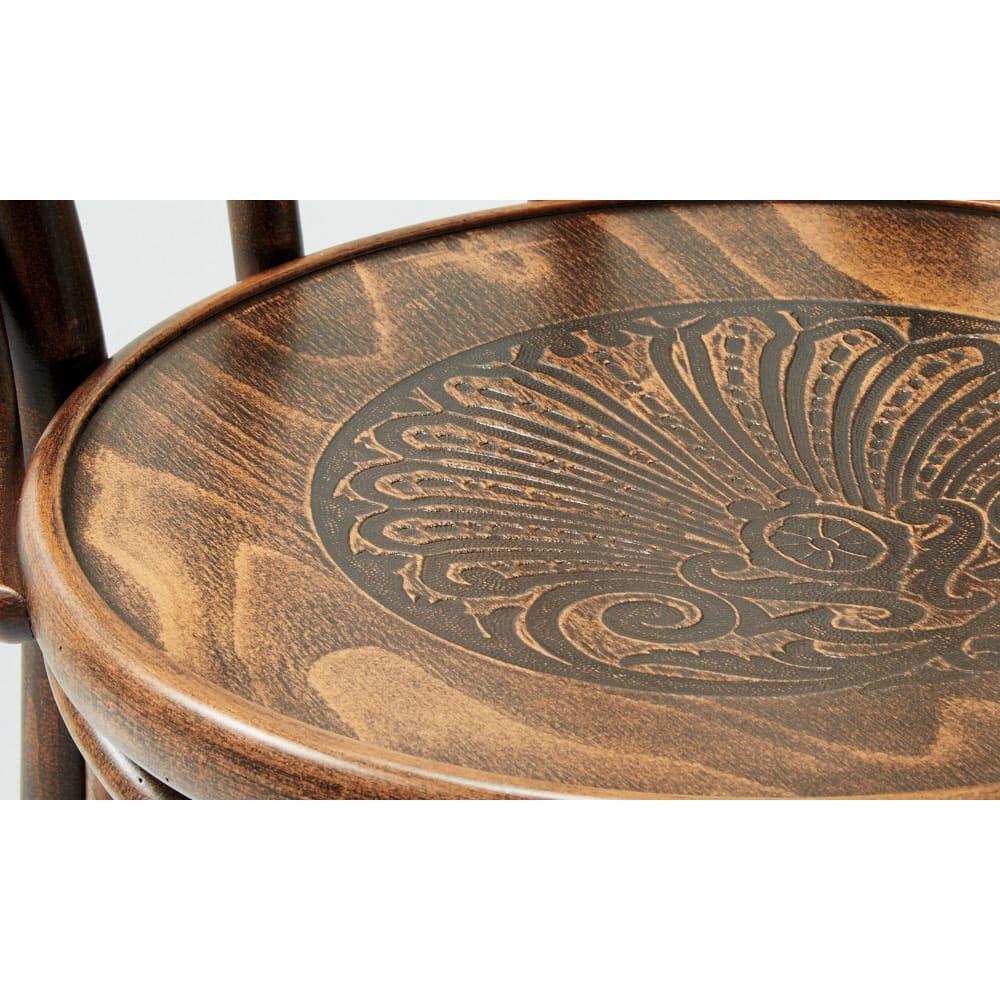 アンティーク風No.18 曲げ木 チェア[チェコTON社製] 座面には精巧な彫刻が施され、細部まで美しいデザインをお楽しみいただけます。