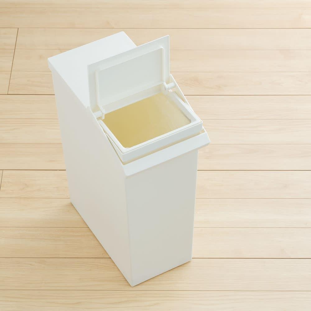 TOSTE/トステ カウンター下ダストボックス 3個組 手前側には小さく開く蓋があり、半分だけゴミ箱を開けてゴミ捨てできます