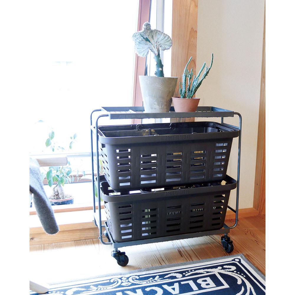 薄型アイアンワゴンバスケット・キッチン収納ワゴン リビング周りの細々したアイテムをまとめる際にも便利です。