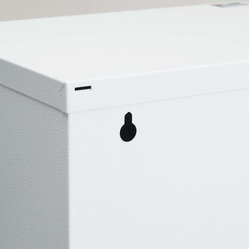 DOTTUS/ドッタス ダストボックス3段(3分別ゴミ箱)幅34cm奥行24cm高さ136cm 背面に毛べと固定する際に使用できる穴を設けています。